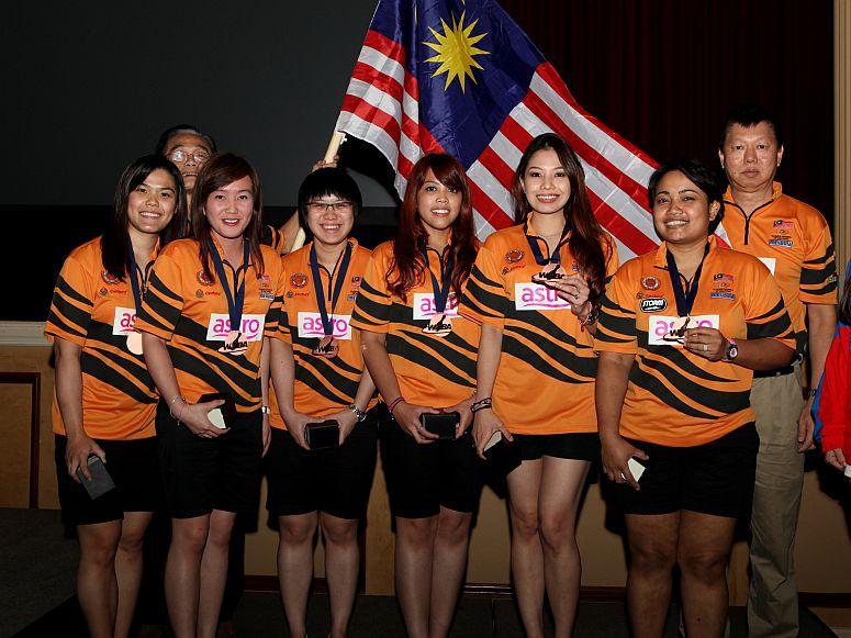 2013WCWomensTeamBronzeMedalMalaysiaXXL.jpg